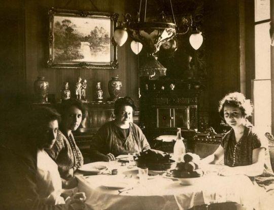 1tquatre_femmes_est_1920